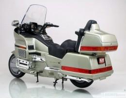 Мои модели 1 12, 1 10 и др. Riggs  - 2005 Honda Gold Wing 1500 Yat Ming (2).jpg